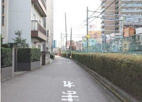 線路沿いを歩きます。