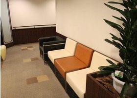 医院の前にもソファをご用意しています。