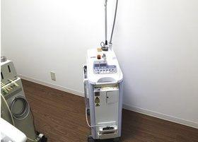 レーザー治療器です。痛みを軽減し、音や振動を感じることなく治療が行えます。