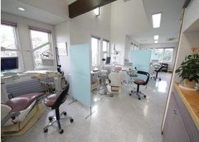 治療スペースを仕切りで区切り、治療に集中できるようにしております。