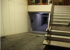 階段をあがってお入りください。