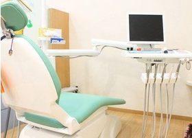 診療台はパーテーションで区切られています。