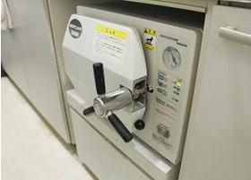 オートクレーブ(高圧蒸気滅菌器)です。治療器具は滅菌を行い、衛生管理をしています。