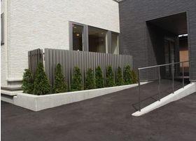 入り口はスローブ状になっており、車椅子の方やお子様連れの方も安心して通えます。