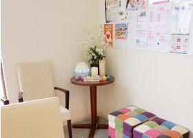 待合室にはアロマやろうそくのインテリアなど置き、患者さんが和みながらお待ちいただける空間となるよう配慮しております。