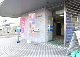 こちらの入り口からエレベーターで3階お上がりください