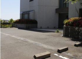 表側にも駐車場を設けています。