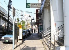 石川町駅から2分の場所にあります。