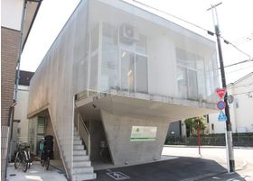 当院の外観です。コンクリート外壁のおしゃれな建物です。