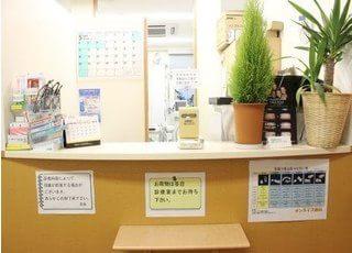 受付です。患者様にリラックスしてお待ちしていただくために観葉植物を置いています。