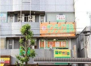 外観です。オレンジと緑の看板が目印です。