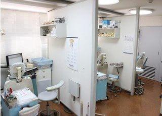 診療スペースは区切られ、周囲を気にせず診療を受けられます。