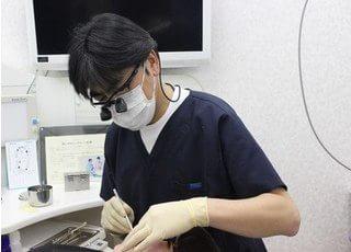 拡大鏡を使用した精密な治療を行います。