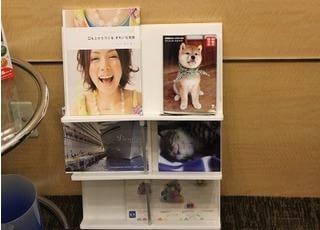 待合室には本などをご用意しています。ご利用ください。