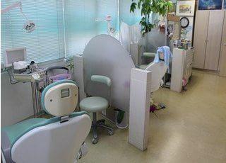 診療室はパーティションで仕切られているので、患者様のプライバシーを守っています。