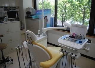 診療室から外の景色を眺められ、快適に治療を受けられます。