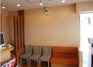 インテリアにこだわった、シックな雰囲気の待合室です。