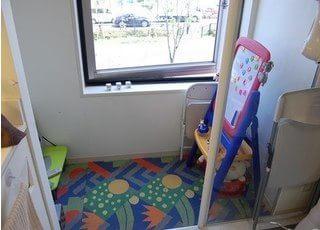 キッズスペースを設置しています。お子様連れの患者様も、お気軽にご来院ください。