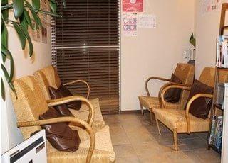 待合室は座り心地の良いイスにクッションが置いてあり、ゆったりとお過ごし頂けます。