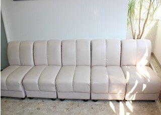 待合室には白いふかふかなソファーがあります。