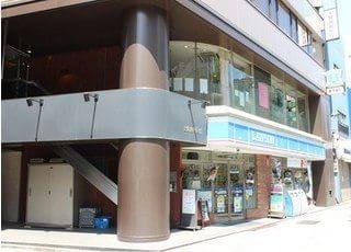 岩本町駅A4出口より徒歩2分のところにあります。
