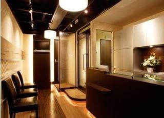 待合スペースもおしゃれな雰囲気です。ごゆっくりお過ごしください。