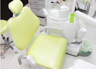 診療チェアです。安心感を増加される緑色のチェアを使用しています。