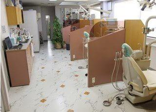 仕切りのある診療室です。