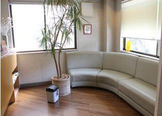 待合室です。広いソファーがあるので快適にお待ちになれます。