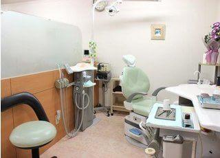 仕切りのある、広い診療室です。