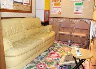 待合室です。診療をお待ちの間、くつろいでお待ちください。