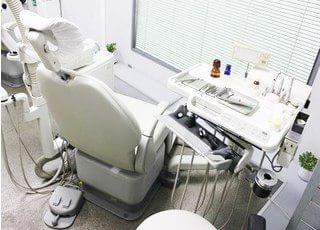 診療チェアは窓に向いていますので、開放感があります。