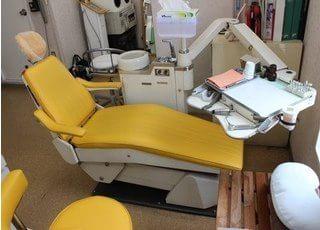 診療チェアです。黄色いチェアが、チャームポイントです。