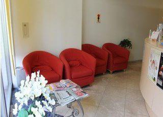 赤いイスが印象的な待合室です。