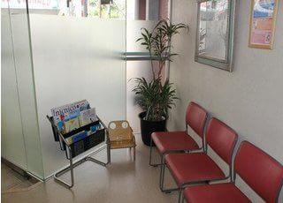 待合スペースです。雑誌等を置いているので、是非お読みください。