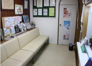 待合室には白いソファーがあります。