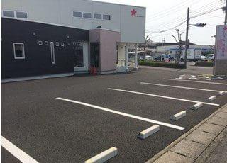 駐車場ございます。お車の方も通院しやすい環境となっておりますので、ぜひご来院ください。