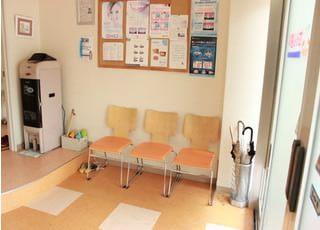 待合室です。衛生管理上、スリッパを殺菌しています。