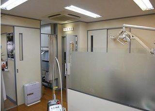 診療室内は仕切りで区切られています。