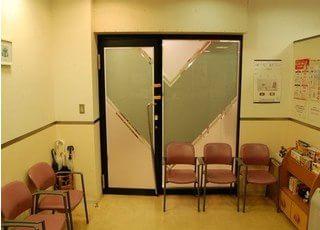 すっきりとした待合室です。
