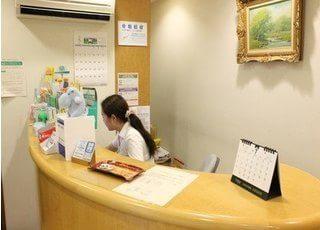 受付ではスタッフが笑顔で患者様をお迎えいたします。