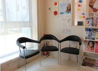 待合室には豊富に雑誌や本がございます。お待ちの時間にご利用ください。