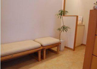 待合スペースです。診療前後はこちらでお待ちください。