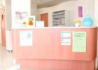 受付には加湿器を置き、患者様が快適に過ごせるように配慮しています。