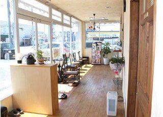 窓からの日差しが入る暖かい待合室です。雑誌などのご用意もございます。