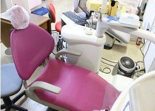 ピンク色の診療チェアで治療します。