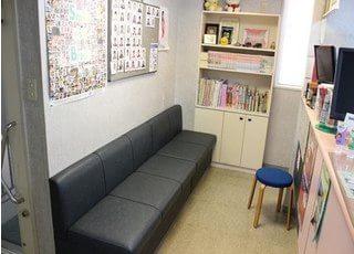 待合室には本や漫画を置いています。ご利用ください。