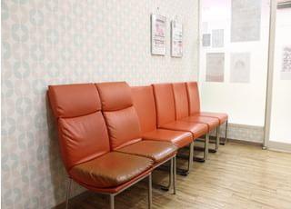 待合室です。椅子に掛けてお待ちください。