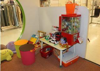 キッズスペースはお子様が喜ぶおもちゃを豊富に置いています。