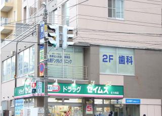 北18条駅の出口からすぐの場所にあります。